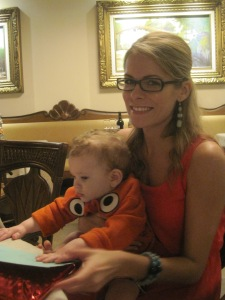 Freddy totally fell in love with Aunt Catou this week. He would only stay calm in her arms at the restaurant.